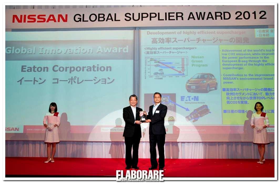 """Il Chief Operating Officer di Nissan, Toshiyuki Shiga, consegna il """"Global Innovation Award"""" a Eaton per il suo compressore volumetrico."""