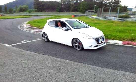 Peugeot_208GTi_prova_test_045
