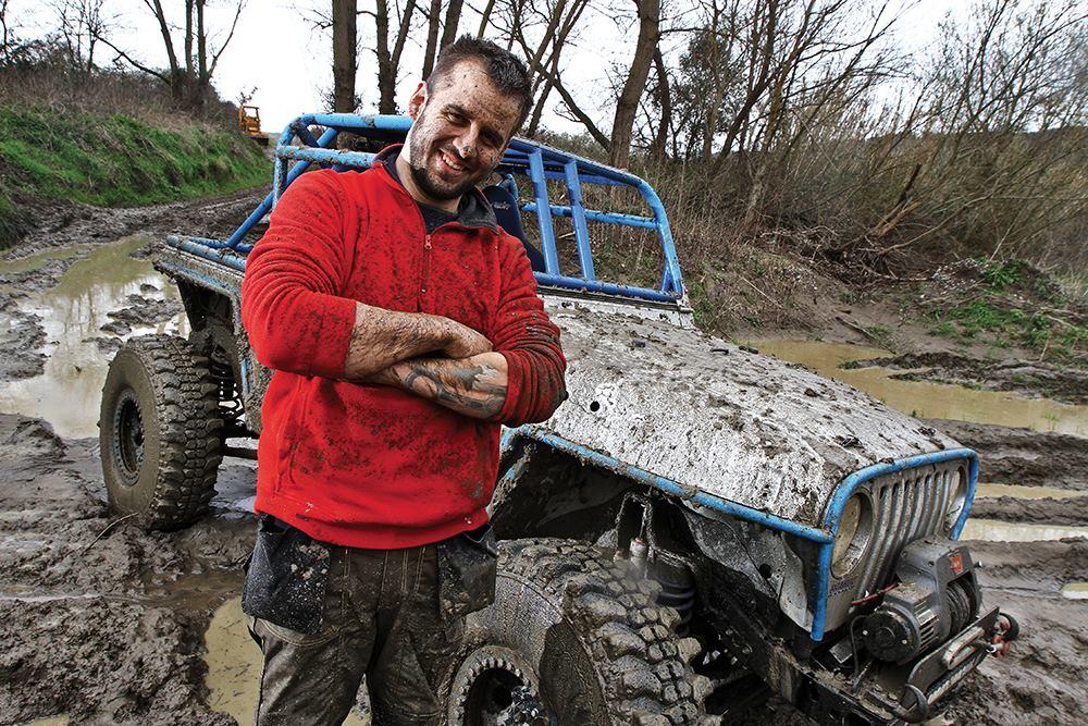Brando Renzoni accanto al suo Jeep TJ Rubicon V8 elaborato
