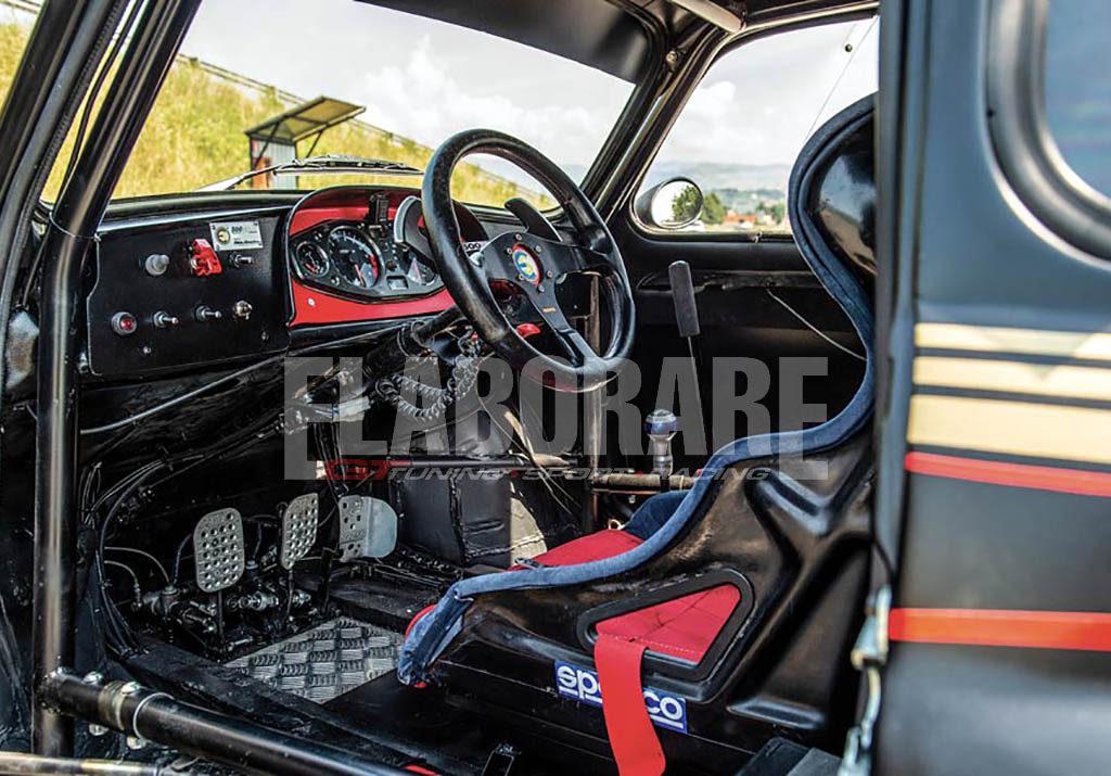 L'abitacolo di una vecchia FIAT 500 modificata con rollbar e guida centrale per le gare automobilistiche
